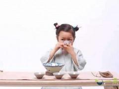 小孩子们喝茶水可以吗?